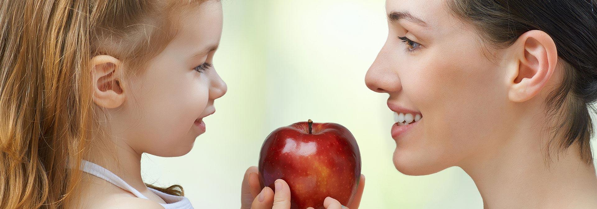 Mère + Enfant avec pomme