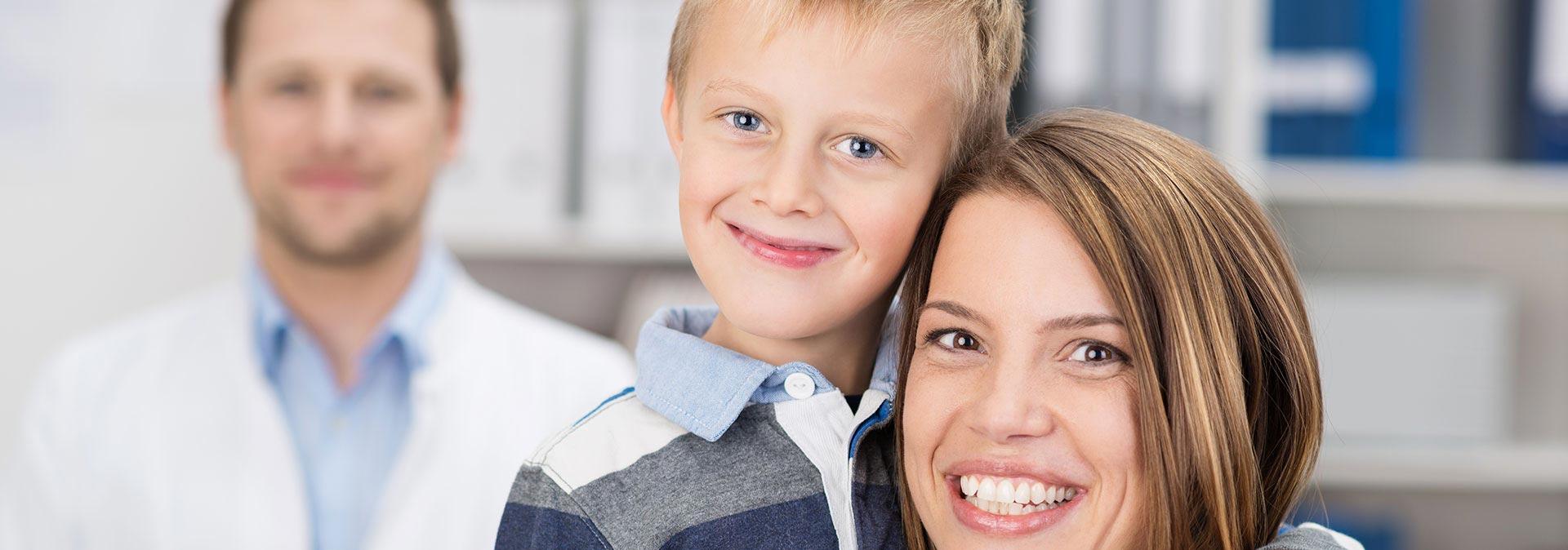 Mère + enfant avec professionnel